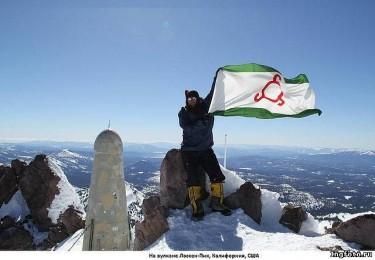 Ингушский флаг на вулкане Лассон-Пик в Калифорнии, США